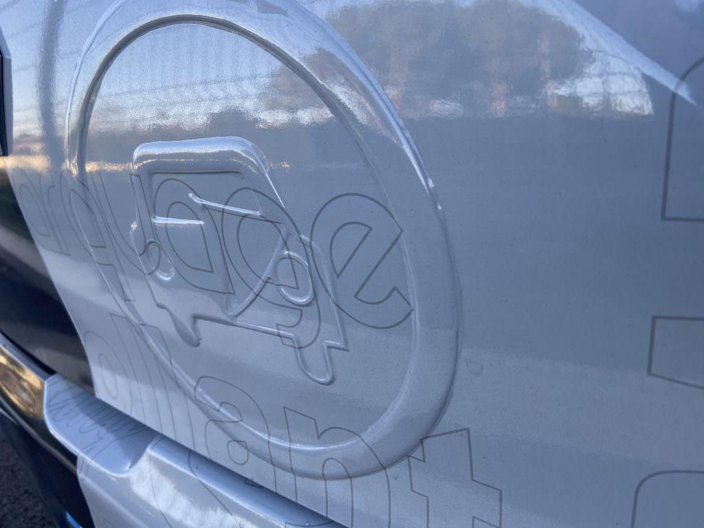 Sÿnia;  Doming;  Couvrant 3D;  relief de marquage;  étiquette adhésive;  3D;  véhicules;  Prix Fespa;
